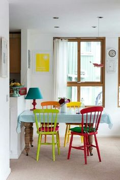 sillas de colores---perhaps I can do this with my old table and chairs that my husband dislikes Mixed Dining Chairs, Colored Dining Chairs, Dining Room Chairs, Table And Chairs, Mismatched Chairs, Dining Area, Dining Rooms, Porch Chairs, Wood Chairs