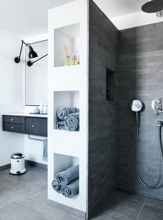 Wellness på 7 kvadratmeter Modern, raw and simple look with large tiles in this elegant and wellness-like bathroom. Old Bathrooms, Dream Bathrooms, Modern Bathroom, Small Bathroom, Master Bathroom, Master Baths, Scandinavian Style Home, World Of Interiors, Bathroom Layout