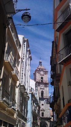 Beppo caminaba cada mañana hacia un edificio gris en el centro de la ciudad en donde le daban una escoba para que empezara a barrer.