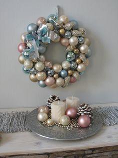 Weihnachtskranz in Winter Pastellfarben blau,creme und rosa http://www.silber-und-rosen-shop.de/Tuerkranz-Weihnachten-Kugeln-pastell-blau-gross