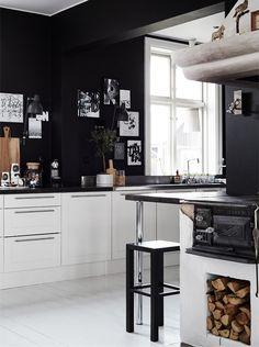 Eljátszottál már a gondolattal, hogy feketére fesd egy-egy faladat otthonodban, de aztán mindig elbátortalanodtál? Összegyűjtöttem a legjobbfeketére festett konyhákat, melyek biztosan meggyőznek, hogy belevágj. Kezdem is egy igazi skandináv lakással, Ylva Skarp grafikus otthonát azért szeretem,…