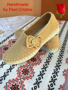 20 High Knee Crochet Slipper Boots Patterns to Keep Your Feet Cozy Crochet Slipper Boots, Crochet Sandals, Crochet Slippers, Crochet Shoes Pattern, Shoe Pattern, Crochet Patterns, Crochet Woman, Crochet Baby, Knit Crochet