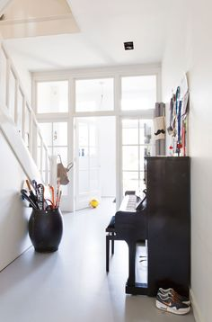 Herenhuis in Haarlem - vtwonen | hallway | entry | piano | white