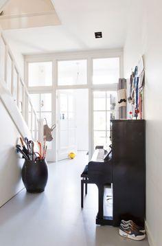 Herenhuis in Haarlem - vtwonen   hallway   entry   piano   white