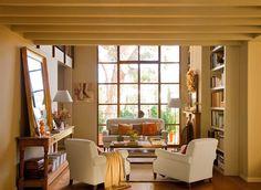 Salón hacia un gran ventanal. ¿Un sofá grande o dos pequeños? Decorating Small Spaces, Interior Decorating, Interior Design, Small Space Living, Living Spaces, Elegant Sofa, Built In Bookcase, Bookshelves, European House