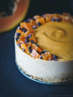 Raw Vegan Papaya and Lime Cheesecake (Refined Sugar-Free, GF) - Vegan Cheesecake Recipes Mini Chocolate Chips, Vegan Chocolate, Chocolate Recipes, Raw Vegan Cake, Raw Cake, Vegan Raw, Vegan Food, Sugar Free Recipes, Gluten Free Recipes