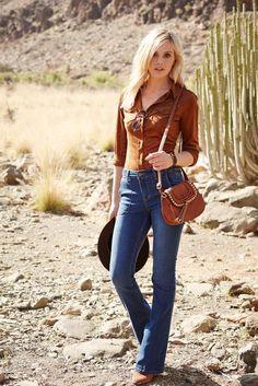 Trockenes Wüstenklima prägt den US-amerikanischen Bundesstaat Arizona. Das gleichnamige Label nimmt dieses zur Style-Vorlage für einen toughen Look aus Hemdbluse und Schlagjeans, der dank Virus Stiefelette und Mango Tasche zum lässig-urbanen Country-Outfit wird.