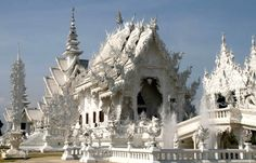 Wat Rong Khun - White Temple in Chiang Rai, Thailand. Watch > http://destinations-for-travelers.blogspot.com.br/2015/08/wat-rong-khun-chiang-rai-thailand-tailandia.html