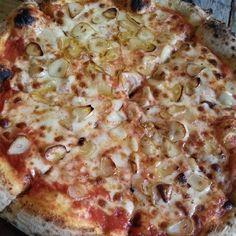 Garlic pizza at Al Matto in Haebangchon, Yongsan-dong, Yongsan-gu.  (May 2014)