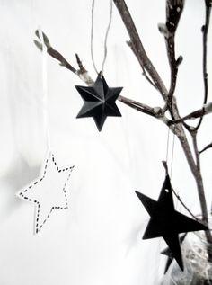 Met zwarte pen een 'stiksel' op de klei-sterren