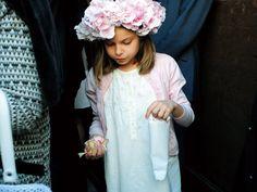 白×ピンクのコーディネイトがキュートな女の子。生花をたっぷりとあしらったヘアは、花嫁スタイルにも◎!