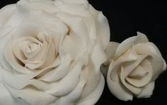 Check out this item in my Etsy shop https://www.etsy.com/listing/194844332/3-edible-roses-and-leaves-any-color-gum