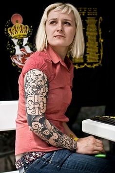 Taken in Paris (France) - French tattoo convention, the Tattoo Art Fest, in the Parc Floral. Face Tattoos, Funny Tattoos, Girl Tattoos, Geometric Sleeve Tattoo, Tattoo Sleeve Designs, Tattoo Sleeves, Girls With Sleeve Tattoos, Sleeve Tattoos For Women, Parc Floral