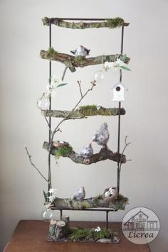 voorjaar decoratie ijzeren frame met takken, mos, vogelhuisje en vogeltjes (crea paloppo) Home Crafts, Diy And Crafts, Christmas Diy, Christmas Decorations, Branch Art, Plant Decor, Happy Easter, Ladder Decor, Flower Arrangements