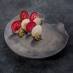 Red and white beetroot, challots and chantharels chef … Salad Buffet, Michelin Star Food, Hotel Food, Sweet Potato Noodles, Beetroot, Creative Food, Food Presentation, Food Design, Food Plating