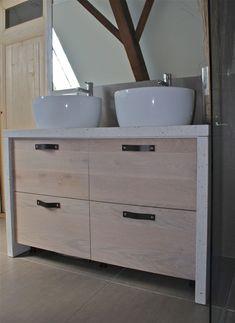 Wastafel meubel met wit betonnen blad met schelpen en eiken houten laden