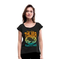 Geschenke Shop | Keep the Sea Plastic Free - Frauen T-Shirt mit gerollten Ärmeln Fall Shirts, Cool T Shirts, Best Quality T Shirts, Beach Shirts, Pullover, Hoodie Dress, How To Roll Sleeves, Dye T Shirt, Unisex