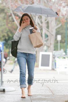 Jennifer Garner nuevo estilo… con paraguas y chanclas Jennifer Garner Elektra, Jennifer Garner Feet, Famous Celebrities, Celebs, Garner Style, Baby Park, Tamar Braxton, Baby George, Low Rise Skinny Jeans