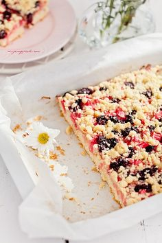 vanilla crumble cake with pink rhubarb and frozen cherries Cherry Crumble, Frozen Cherries, Rhubarb Recipes, Tea Time, Vanilla, Sweets, Bread, Polish, Cakes
