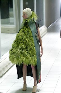 Alexander McQueen - Ready-to-Wear - Runway Collection - Women  Spring / Summer 2001
