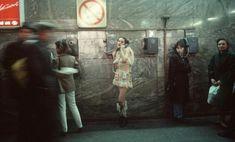 Этими снимками Сарфати сплела смелое и детальное описание заворожившей её русской среды, чтобы создать визуальную драму о неблагополучии и разрушении, об изменениях и красоте.