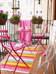 Des caillebotis et du mobilier rose en déco balcon