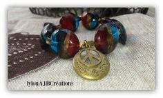 """Bracelet """" Peace and Love """" Grosses perles de verres feuilletées d or breloque en létal bronze : Bracelet par lylou-ajb-creations"""