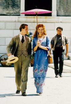 Alison Elliott and Linus Roache in The Wings of the Dove 1997 Film Vintage Outfits, Vintage Fashion, Vintage Clothing, Vintage Style, Movie Costumes, Period Costumes, Costume Collection, Great Movies, Costume Design