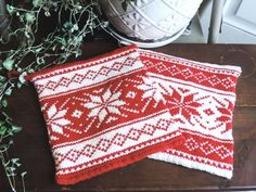 Perfect addition to your kitchen during the holiday season. Double layered design with 100% cotton material is perfect as a pot holder/trivet. Beautiful snowflake pattern will raise the holiday spirit in your kitchen and dining this season 😊 Great gift as a housewarming gift and for those who loves