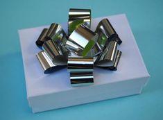 Enfeite de presente feito com embalagem metalizada