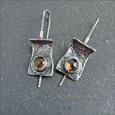 Небольшие лаконичные серьги с золотистыми цитринами.