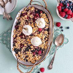 Kuningatarmarja-kaurapaistos on täynnä vadelmaa ja mustikkaa. Se valmistuu hetkessä kesän herkutteluhetkiin ja on parasta vaniljajäätelön kanssa. #kuningatarmarjapaistos #kaurapaistos #vadelma #mustikka #jäätelö Acai Bowl, Breakfast, Food, Acai Berry Bowl, Morning Coffee, Meals, Yemek, Eten