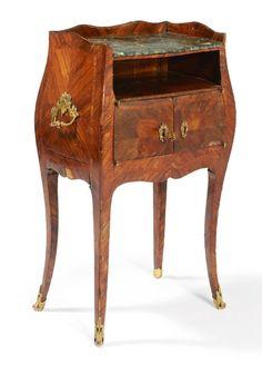 Table de chevet en bois de violette plaqué en aile de papillon sur toutes ses faces; ouvrant à deux vantaux et un tiroir sur le côté droit; dessus de marbre vert antique (accidenté); marquée à l'encre noire R 1756. Epoque Louis XV.