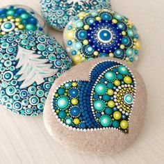 Painting stones and creating mandala pictures - 42 mystical examples manala pattern stones painted hearts firs
