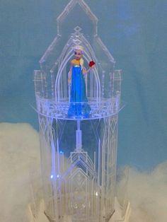 Castelo de Gelo da Elza Frozen confeccionado em Acr�lico com Ilumina��o de Led e Base em MDF Pintado