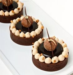 Skills Needed To Become A Patisserie Chef - Useful Articles Gourmet Desserts, Just Desserts, Delicious Desserts, Dessert Recipes, Decoration Patisserie, Dessert Decoration, Dessert Presentation, Individual Cakes, French Desserts