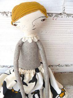 Muñeca grande con pelo de antigua tela de tapicero. Bordada a mano. 48 cm de AntonAntonThings en Etsy
