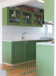 Cozinha integrada com piso de ladrilhos hidráulicos, armários verde pistache e paredes com azulejos de metrô (Pantone Greenery)
