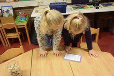 Om letters en woorden te automatiseren moet er regelmatig geoefend worden. Op deze pagina kun je allerlei tips vinden om de manier waarop wat af te wisselen. Zo blijft het voor de kinderen ook leuk en uitdagend! Verstoppen van de woordrijtjes; Kopieer de woordrijtjes en knip ze in stukjes. Verstop ze door het lokaal heen....  Lees meer » Teacher, School, Tips, Professor, Advice, Schools
