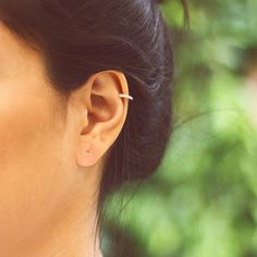 Brinco Ear Cuff Fina Zircônia Folheado Prateado - LAÇOS de FILÓ | acessórios femininos E Tattoo, Piercing Tattoo, Ear Piercings, Look Boho, Unusual Jewelry, Jewerly, Fashion Beauty, Bling, Accessories