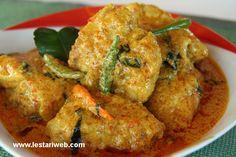 Ayam Tuturuga, Manadonese spicy chicken dish with coconutmilk Veggie Recipes, Chicken Recipes, Cooking Recipes, Veggie Food, Meal Recipes, Asian Recipes, Cooking Tips, Nasi Goreng, Indonesian Chicken Recipe