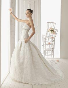 Espectacular vestido, con tejido fantástico adamascado y detalle de cinturón de pedrería. https://www.facebook.com/GlamourNoviasParla?ref=stream