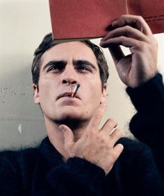 Reading is sexy 'Joaquin Phoenix    Joaquin, cigar y libro.
