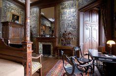 La chambre de Louis Mantin aux murs habillés de tentures en cuir doré. Dans un décor de la Renaissance, un lit à colonnes, que l'on peut entièrement fermer avec des tentures, selon le modèle dit « à la française ».                                                                                                                                                                                 Plus