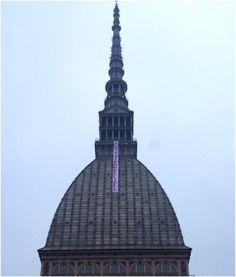 """Uno striscione con la dicitura """"Hasta Siempre Comandante"""" è stato esposto oggi pomeriggio sulla Mole , il monumento simbolo di Torino."""