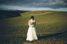 love this Tuscan bride's style in the countryside