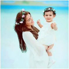 Ayeza Khan & Danish Taimoor kissing daughter