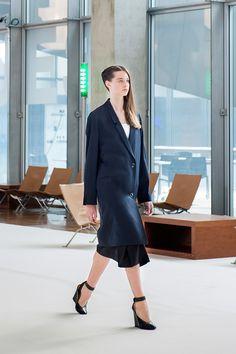 20. Suit coat in wool gabardine, caraco in featherweight cotton poplin, asymmetrical skirt in crispy cotton poplin and heeled open sandals in leather