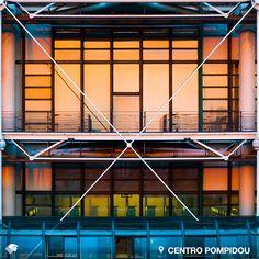 """Centro Pompidou. París, Francia. Singular edificio """"que ve de dentro hacia afuera"""", y que en su interior contiene una increíble biblioteca: la Biblioteca Kandinsky, cuya parte intermedia está dedicada a las artes visuales y multimedia, mientras que los pisos superiores se concentran en artistas modernos y contemporáneos."""