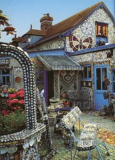 """Mosaic art at its best! """"The Broken Crockery House"""" in Louviers, France, and as you can see, the owner spent many years creating mosaics. Mosaic Art, Mosaic Glass, Mosaic Tiles, Tiling, Rock Mosaic, Pebble Mosaic, Stone Mosaic, Stained Glass, Beautiful Space"""